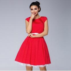 Červené šaty s drobným puntíkem